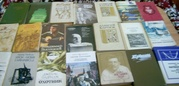 Очень много книг из домашней библиотеки